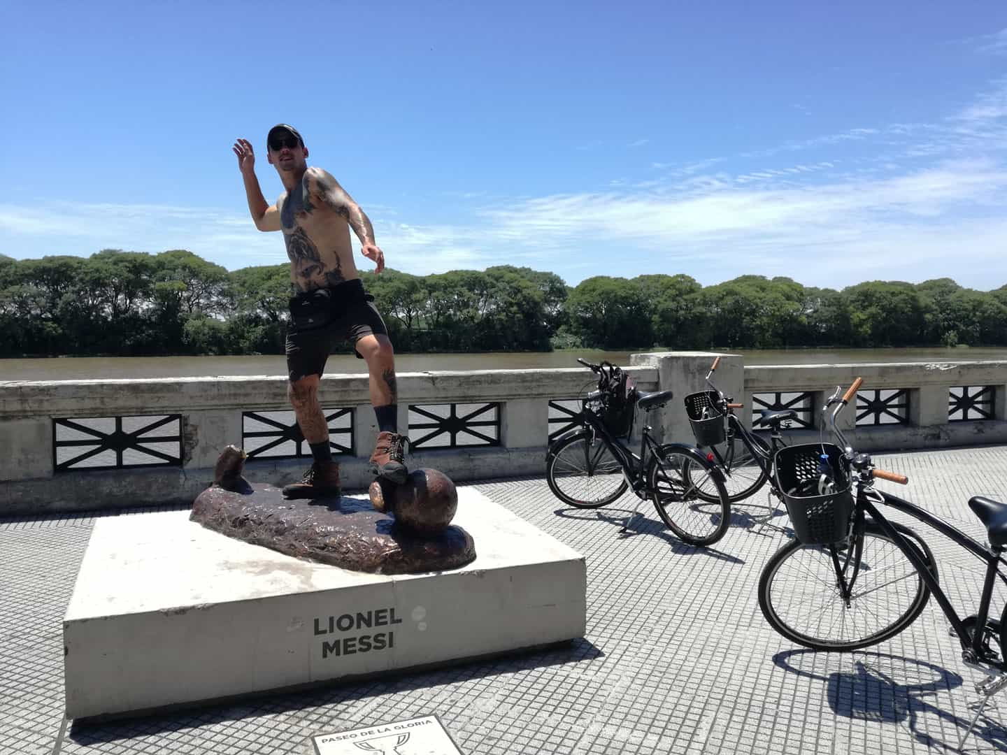 Man posing like Messi on Costanera Sur walk