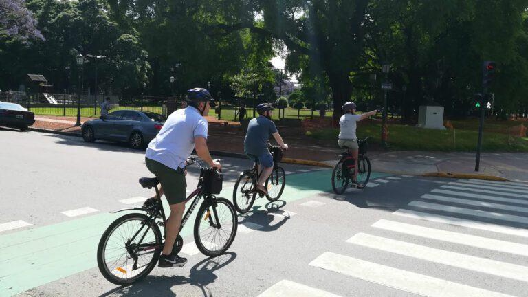 Cruzando la calle en un bici tour en Buenos Aires