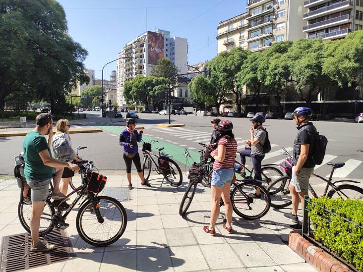 Guía hablando con el grupo en una parada del bici tour en Buenos Aires