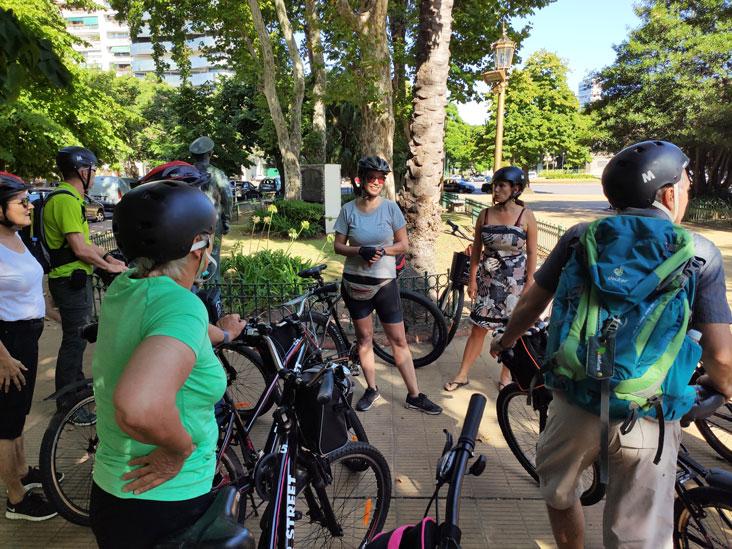 La guia Gilda durante un bike tour