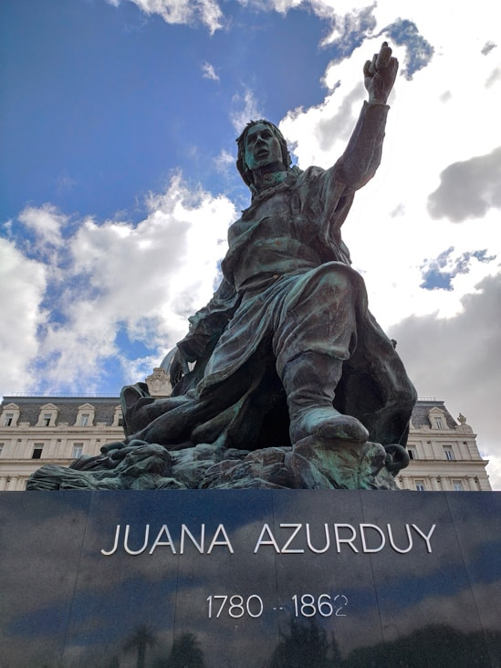 Monumento a Juana Azurduy en el pasoe del bajo en buenos aires